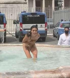 donna si fa il bagno nuda nella fontana di piazza colonna 4