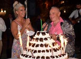 edoardo vianello con la moglie frida e la torta per il suo compleanno foto di bacco (1)