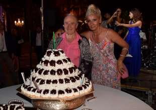 edoardo vianello con la moglie frida e la torta per il suo compleanno foto di bacco (2)