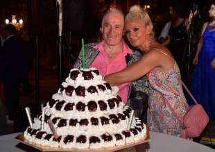 edoardo vianello con la moglie frida e la torta per il suo compleanno foto di bacco (3)