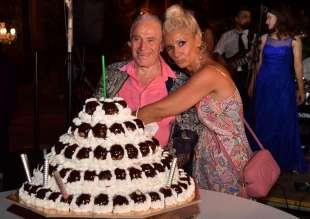 edoardo vianello con la moglie frida e la torta per il suo compleanno foto di bacco (4)