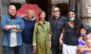 foto di gruppo sotto la pioggia foto di bacco