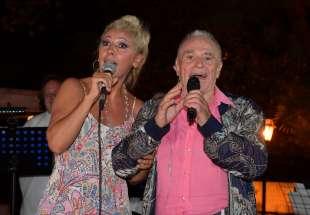 frida col marito edoardo vianello cantano foto di bacco (1)