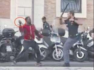 ghanese con coltello aggredisce i poliziotti a termini 1