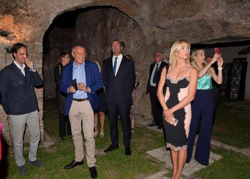 gli ospiti visitano il colombariodei liberti di augusto (4)
