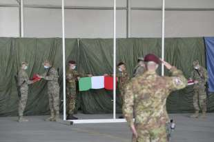 HERAT - BANDIERA ITALIANA AMMAINATA A CAMP ARENA