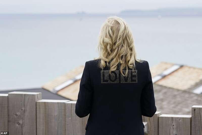 jill biden al g7 in cornovaglia con la scritta love sulla giacca