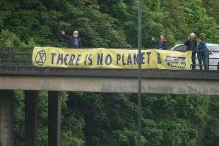 manifestanti di extinction rebellion al g7 in cornovaglia