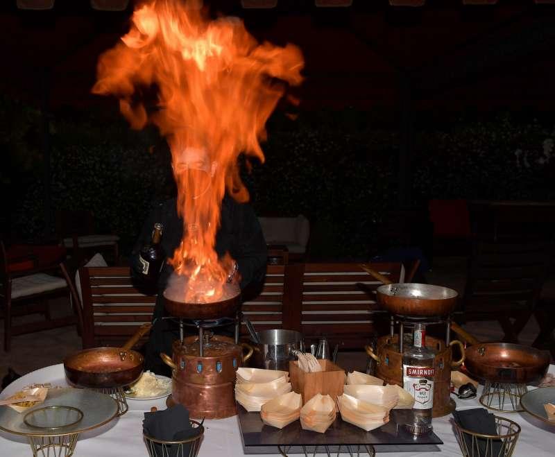 preparazione di gamberi al flambe
