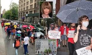 protesta dei dipendenti del new yorker sotto casa di anna wintour 11
