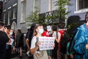 protesta dei dipendenti del new yorker sotto casa di anna wintour 12