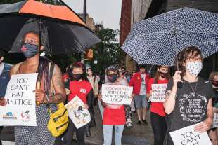 protesta dei dipendenti del new yorker sotto casa di anna wintour 13