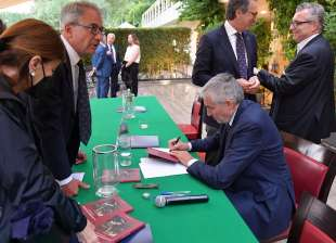 stefano brusadelli firma le copie del libro foto di bacco