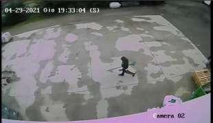 un fermo immagine del video che mostra lo zio e due cugini di saman abbas 2