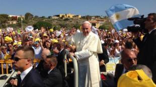 papa francesco bergoglio incontra i fedeli a lampedusa