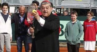 cardinale sepe gioca a tennis