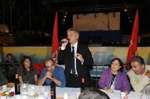 nichi vendola parla alla festa di sel con accanto curzio maltese e moglie