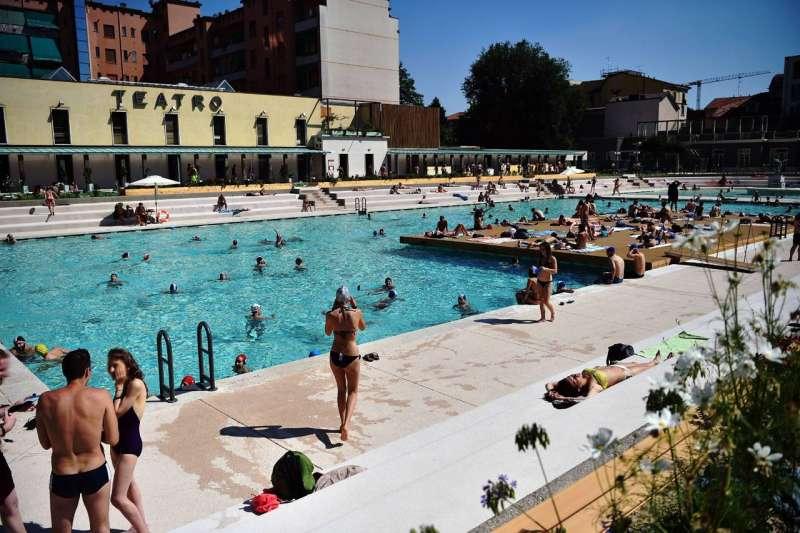 Selvaggia lucarelli recensisce la piscina radical chic di milano e