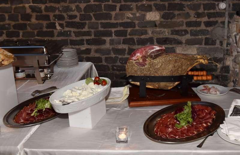 Mozzarella Di Bufala E Prosciutto Per Gli Ospiti Festa Di