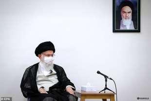 ali khamenei nel suo ufficio con un ritratto di khomeini
