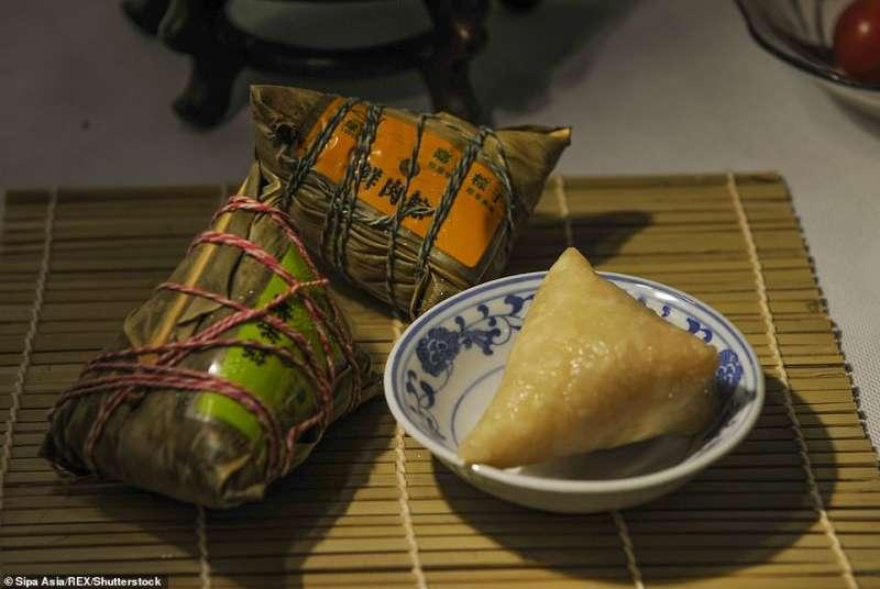 i musulmani uiguri costretti a mangiare ravioli con carne di maiale