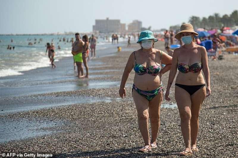 persone con la mascherina in spiaggia a malaga