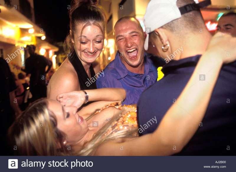turisti inglesi ubriachi a ibiza