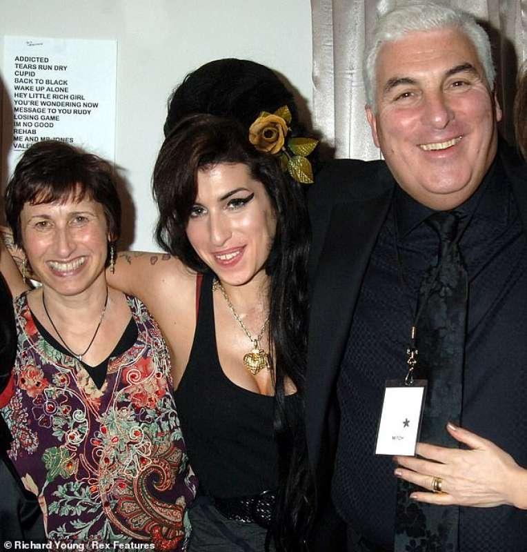Amy Winehouse con la madre e il padre