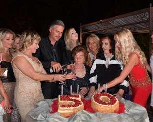 beppe convertini festeggiato dalle sue amiche foto di bacco (1)