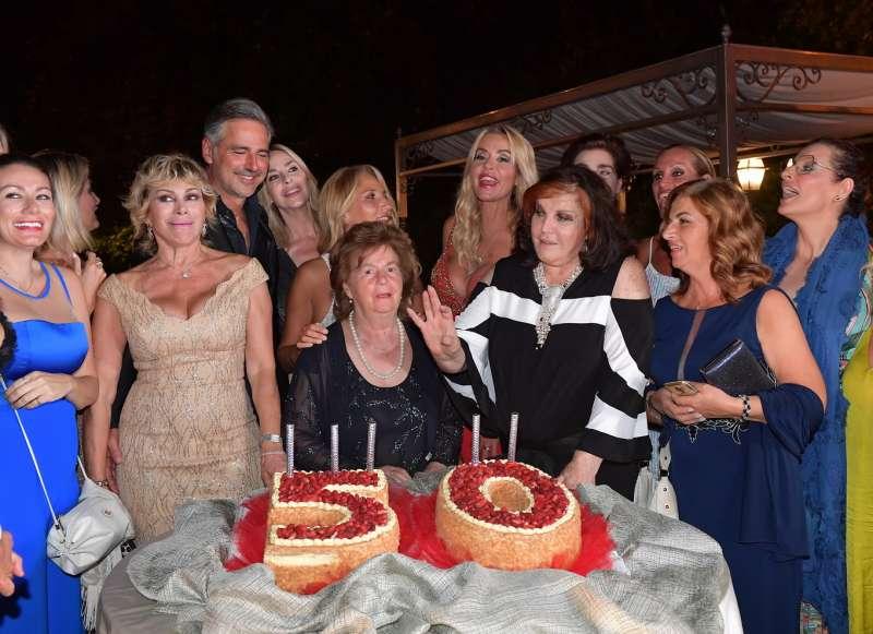 beppe convertini festeggiato dalle sue amiche foto di bacco (2)