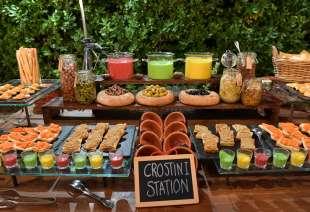 crostini olive e sottaceti per gli invitati