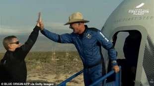 Jeff Bezos al rientro dal viaggio spaziale