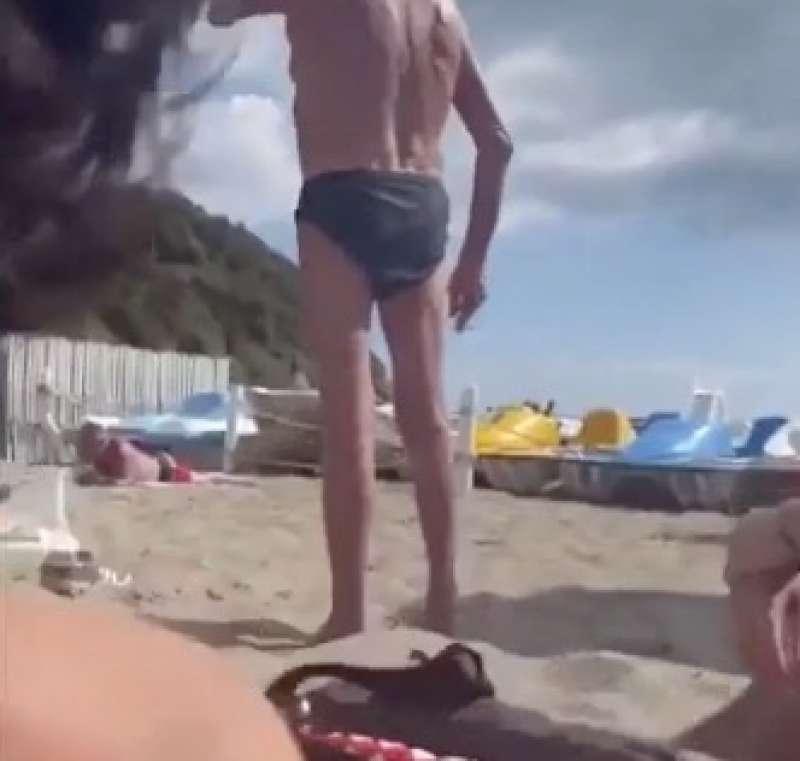 le due ragazze lesbiche cacciate dalla spiaggia a napoli 5