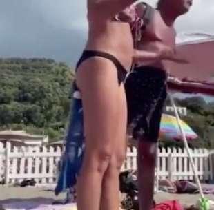 le due ragazze lesbiche cacciate dalla spiaggia a napoli 7