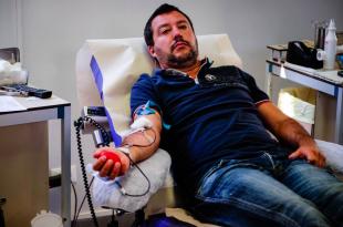 matteo salvini mentre dona il sangue