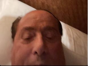 silvio berlusconi a letto