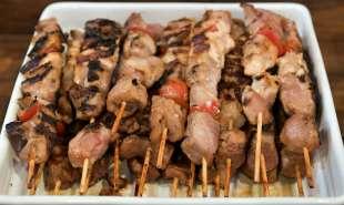 spiedini di carne per gli invitati