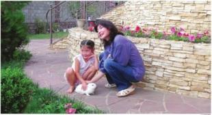 Alma Shalabayeva con la figlia Alua nel giardino della casa in cui vive ad Almaty article