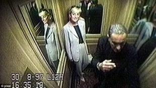 LADY DIANA NELL'ASCENSORE DELL'HOTEL