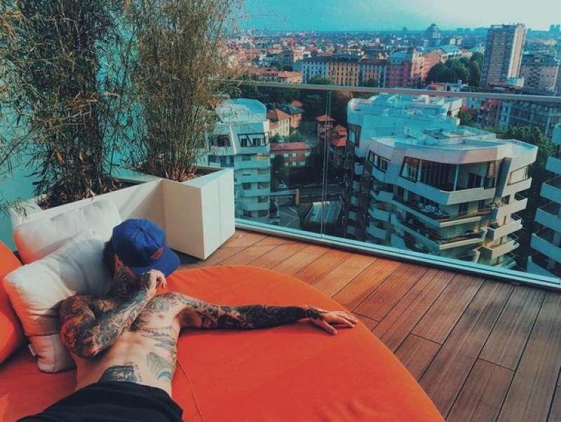 Fedez sul terrazzo della sua casa citylife milano - Dago fotogallery