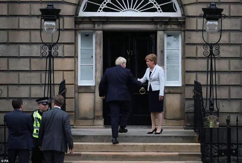 boris johnson con la premier scozzese nicola sturgeon 1