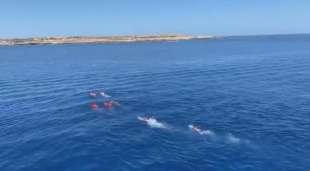 cinque migranti della open arms si gettano in mare