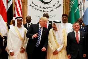 donald trump in mezzo a donald trump con lo sceicco mohamed bin zayed al nahyan e salman dell'arabia saudita