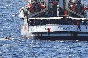 migranti si tuffano dalla open arms 1