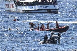 migranti si tuffano dalla open arms