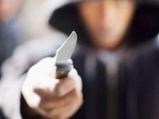 aggressore con coltello