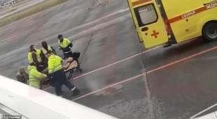 alexei navalny portato via in ambulanza 1