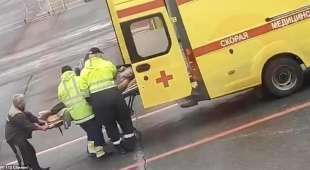 alexei navalny portato via in ambulanza
