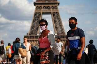 coronavirus francia – con la mascherina davanti alla torre eiffel