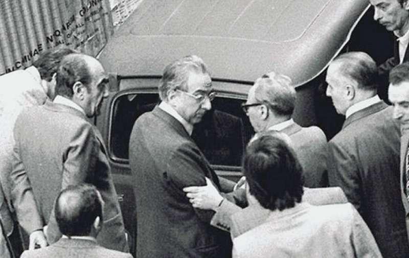 Francesco Cossiga in via Caetani, davanti alla R4 con il cadavere di Aldo Moro